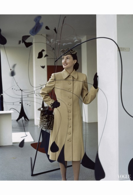 jelise-daniels-wearing-a-botany-wool-coat-surrounded-by-alexander-calder-mobiles-at-the-moma-vogue-glamour-jan-1944-john-rawlings-copia