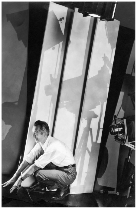 http://pleasurephoto.files.wordpress.com/2012/10/edward-steichen-self-portrait-in-studio-new-york-1929.jpeg