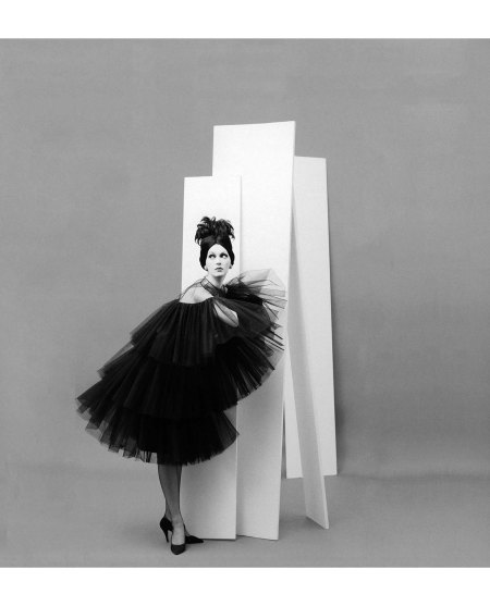 Dovima in tiered, tulle party dress from Dior's (YSL) Autumn:Winter Collection 1958, Courbe Line, photo by Avedon, Paris studio, August 1958 copia