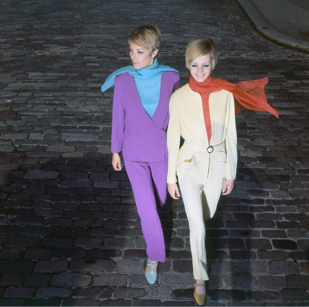 Two English models, Sara Crichton-Stuart and Twiggy wearing pantsuits by Simon Massey Vogue Oct 1966 © Ray Traeger