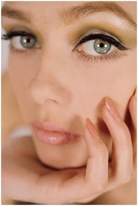 A model wearing green eyeshadow, winged eyeliner and nude nails, 1964 Photo Gene Laurents