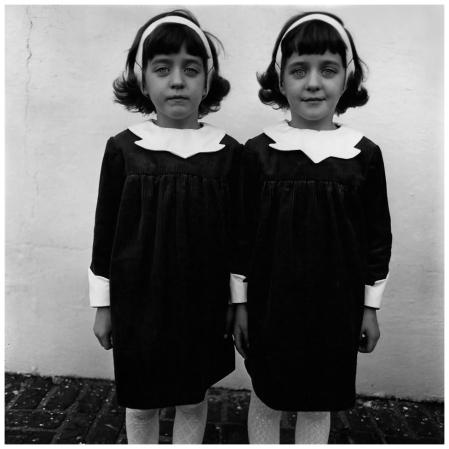 Diane Arbus - Jumelles identiques, Roselle, N.J. 1967 © The Estate of Diane Arbus