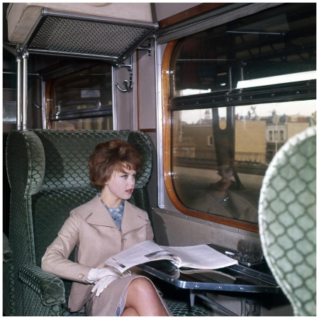 Street shot (Fashion) Model in first class train [Haarlem Station], Paesi Bassi, 1961 b