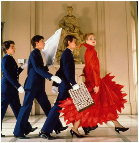 Photo Norman Parkinson - Andrea Holterhoff with bellboys at the Hotel Meurice - 1979