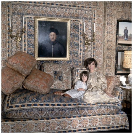 Lee Radziwill at home with her daughter, Tina, in a room designed by Mongiardino in London in 1966. Cecil Beaton:Vogue:Condé Nast