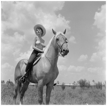 Photo Bunny Yeager Dondi Penn with Horse, 1959 b