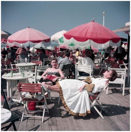 Robert Capa, [Women on the boardwalk, Deauville, France], August 1951. © Robert Capa-International Center of Photography-Magnum Photos