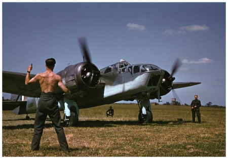 Robert Capa, [A mechanic signals for takeoff to an Allied pilot before a raid over Occupied France, England], 1941