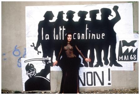 YSL Photographiée devant une reconstitution d'une affiche de Mai 68. Publiée dans Paris Match Photo Pierre Boulat