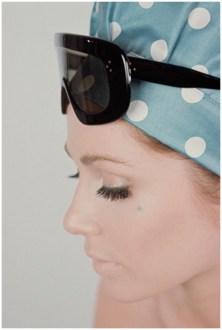 A model wears colossi sunglasses and a polka dot headscarf, 1964 Gene Laurents copia