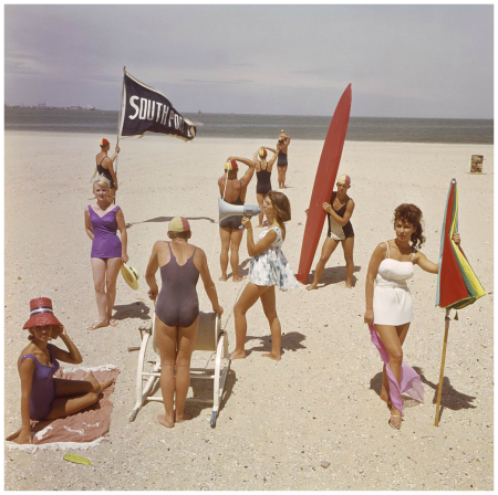 Australia, Melbourne 1962, models show swimwear on the beach, fashion Photo Sem Presser
