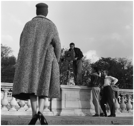 Fashion Photographer with a model in Paris Jardin des Tuileries' – 1960 Photo Kees Sherer