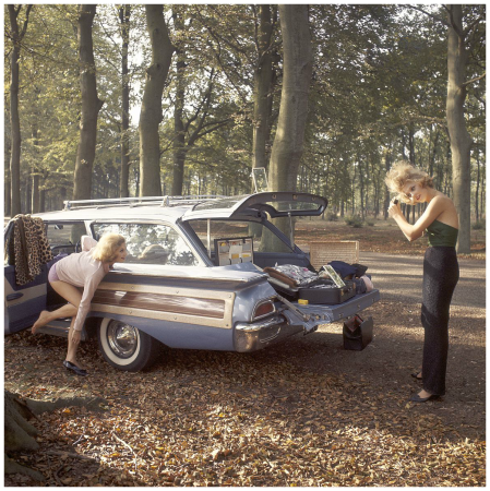 Mode, Rita Loonen (Bonny Huf) and Corine Rottschäfer bij Ford Country Squire, 1961 Photo Paul Huf