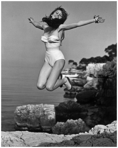 Brigitte Bardot devant la villa la madrague 1955 Photo Philippe Halsman magnum photos