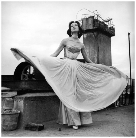 Ivy Nicholson in Chiffon evening gown by Irene Galitzine Photo Federico Garolla Rome 1953 copia