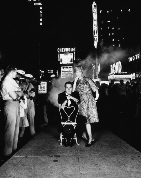 Paul Newman and Joanne Woodward, Times Square, Town & Country, ca. 1960. Foto dal libro %22Mid-Century Fashion and Advertising Photography%22 by William Helbu