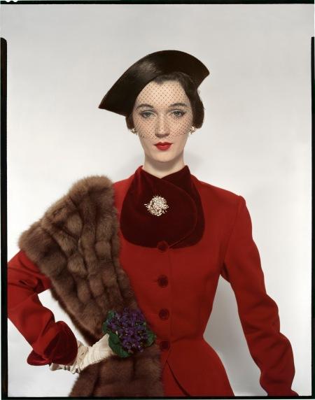 Erwin Blumenfeld Dovima portant un tailleur Pacific, un chapeau Lily Dache et des bijoux Verdura Pour Vogue US, 1er août 1950