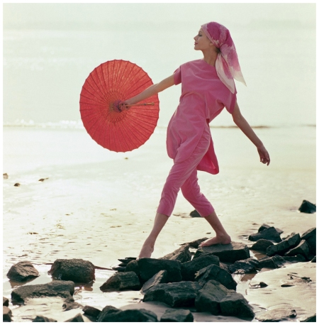Lissy Schaper in pink suit beach of Schulze-Varell. Hamburg 1961 Photo F.C.Gundlach