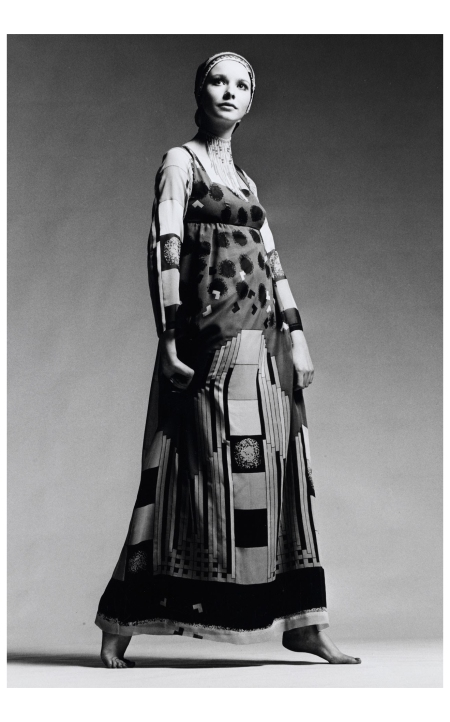 Maudie James shot by Patrick Hunt wearing a Thea Porter creation in 1970 Photo Patrick Hunt, Courtesy of the Venetia Porter collection