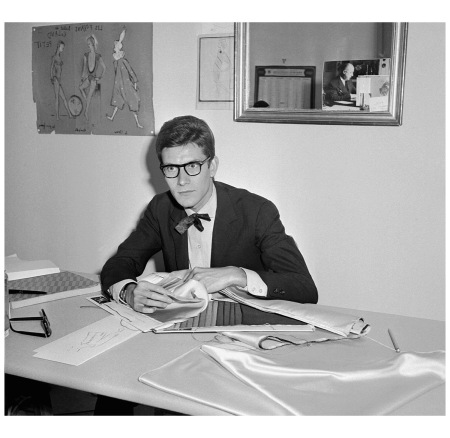 22 septembre 1961 à Paris du styliste Yves Saint Laurent dans son bureau de la rue de la Boétie à Paris. (Photo AFP)