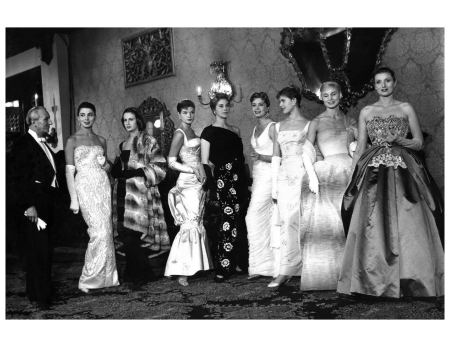 Giovanni Battista Giorgini con alcune modelle alla presentazione dell'Alta Moda Italiana a Londra,1956