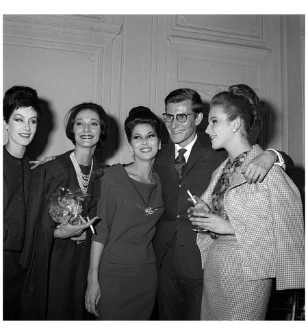 Saint Laurent con le modella Koulka, Victoire e Denise nel 1958. (Olycom:Sipa)