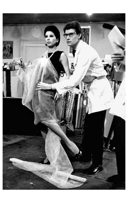 Victoire et Yves-Saint Laurent  Rue Spontini 1961 Photo Pierre Boulat