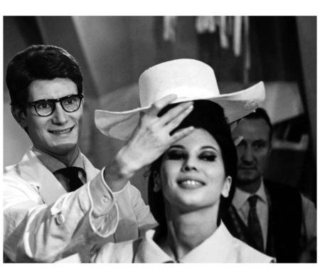 Yves Saint-Laurent 1961:1962 Préparation de la première collection  avec Victoire 1962 Photo Pierre Boulat