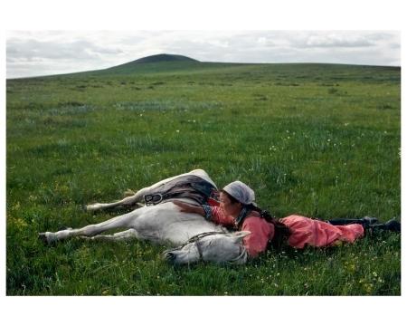 Addestramento di un cavallo per la milizia. Mongolia Interna, 1979. © Eve Arnold