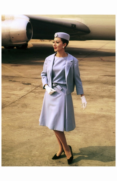 En 1963, une hôtesse pose devant un Boeing 707 en uniforme Dior.