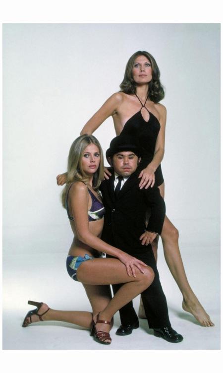 Hervé Villechaize, Maud Adams, et Britt Ekland dans l'Homme au pistolet d'or (1974)
