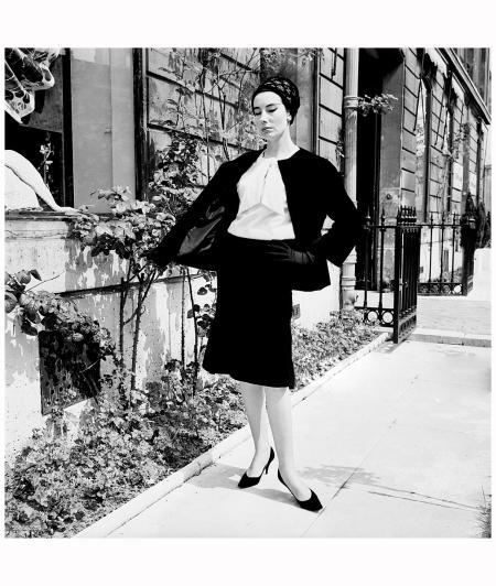 Ligne 'PIRALE' chez Jacques Heim et son modéliste Jean Pomarède. Tailleur en velour noir 'AMBIGU' avec blouse en jersey blanc, lamé Argent de Bodin, Chapeau de Svend. Paris, 1961 Getty Archive