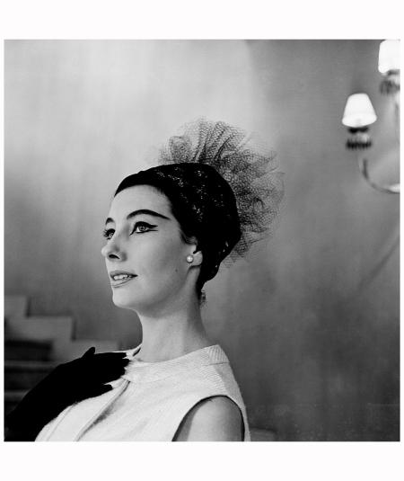 Ligne 'PIRALE' chez Jacques Heim et son modeliste Jean Pomarède. Chapeau de tulle noir de Svend accompagne un tailleur noir. Paris, le Aug 1961 Getty Archive