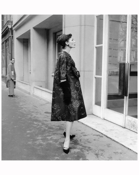 Lucky shows a side-view of a satin print dress from the %22Trapeze Line%22 by Yves Saint Laurent for Dior, 1958 Photo Willy Maywald