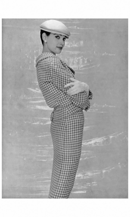 Model in wool houndstooth suit by Jean Dessès, photo by Nicole Bukzin, 1956