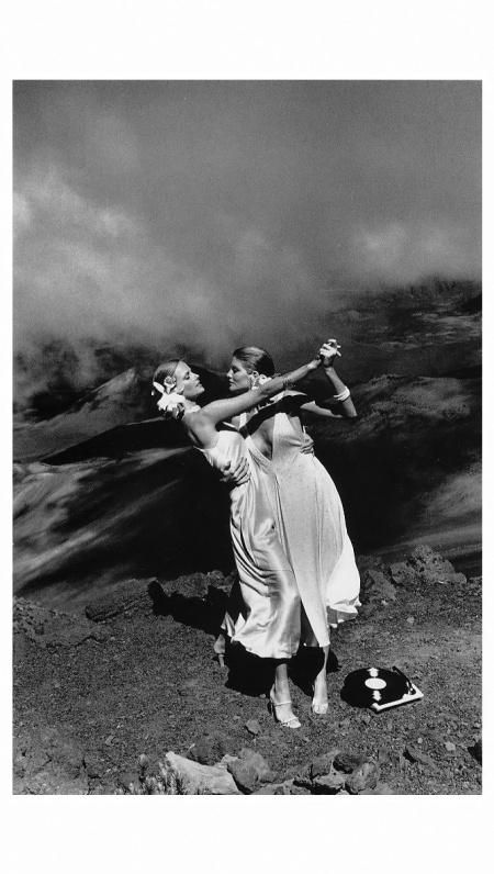 Patti Hansen and Rene Russo, Maui, Hawaii 1974 helmut newton