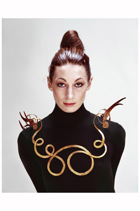 American actress Anjelica Huston wearing an Alexander Calder necklace, New York, 1976 Photo Evelyn Hofer