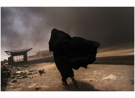 An Iraqi woman searches for her husband at the site of a liquid-gas factory fire, allegedly set by looters, May 2003 © Lynsey Addario
