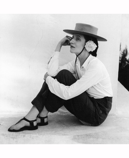 diana-vreeland-with-hat-and-rose-1942