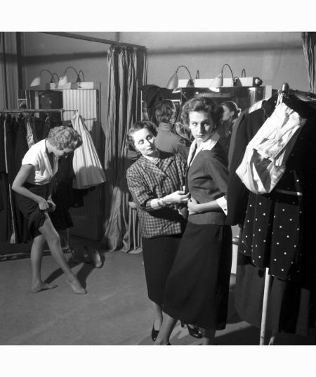 """Designer Biki - dal servizio """"Passeggiata di quattro modelle"""" atelier Milano 1953, Archivio Federico Garolla"""