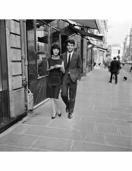 Hiroko Matsumoto, vedette du couturier Pierre Cardin, en compagnie de son fiancé Henri Berghauer, directeur des boutiques Pierre Cardin, à Paris, France le 20 septembre 1961