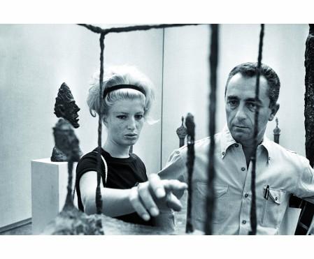 Monica Vitti et Michelangelo Antonioni à la Biennale de Venise de 1962 in frot Alberto Giacometti