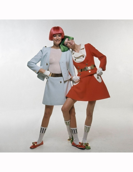 Susan Schoenberg (l) and Editha Dussler (r) outfits and brightly colored Dutch boy wigs 1969 © Bert Stern
