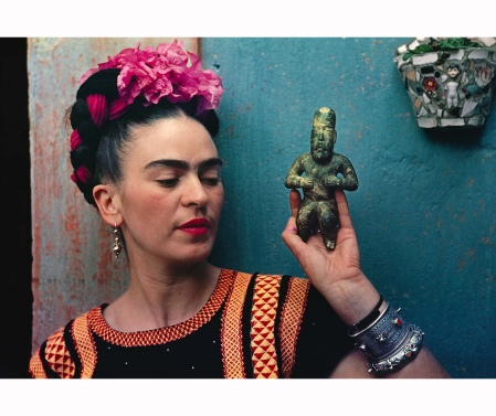 Frida with Olmeca Figurine, Coyoacán, 1939 © Nickolas Muray
