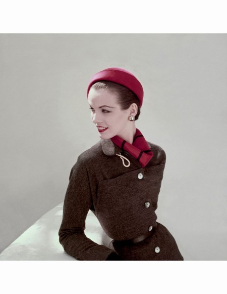 Model wearing grey suit with red beret featuring 36 silk reversible scarf Glamour Aug 1952 Leombruno Bodi