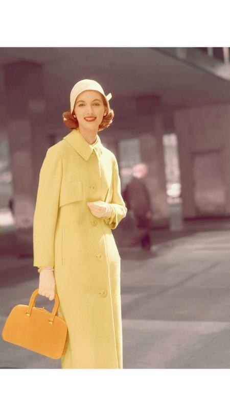 Model wearing yellow wool coat by Swansdown, cloche by John Frederics Charmer, gloves by Kislav, bag by J. Mas Glamour 1956 © Leombruno Bodi