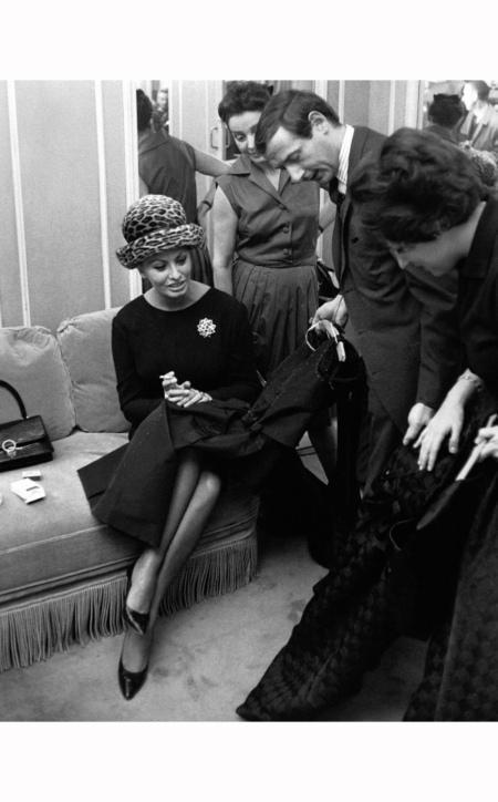 Sophia Loren et le styliste Marc Bohan lors du défilé Dior le 4 février 1963 à Paris, France 1963