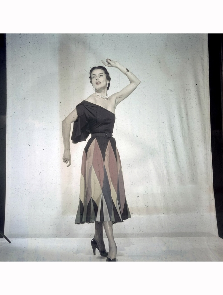 Women's Collections Spring 1951 By Fashion Designers Of Paris. A Paris, dans un studio, un mannequin présente pour CARVEN