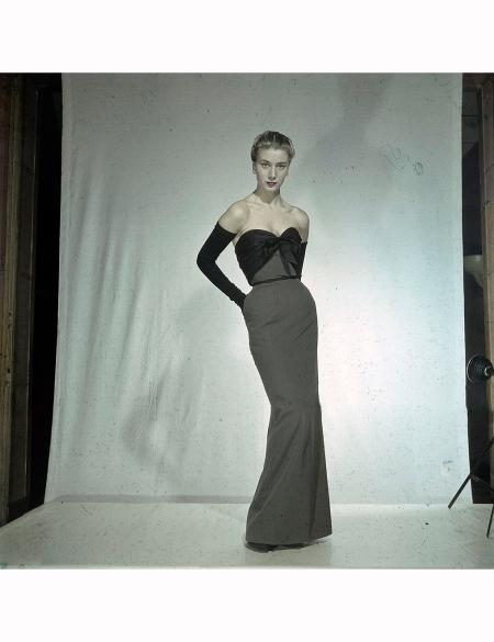 Women's Collections Spring 1951 By Fashion Designers Of Paris. A Paris, dans un studio, un mannequin présente pour Christian DIOR, une robe smoking, en lainage avec le corsage en faille