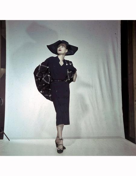 Women's Collections Spring 1951 By Fashion Designers Of Paris. A Paris, dans un studio, un mannequin présente pour Christian DIOR